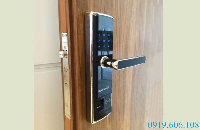 Sử dụng khóa vân tay Kaadas 5155 người dùng có thể thay pin khóa dễ dàng
