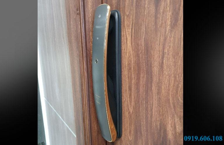 Hình ảnh thật khi khóa cửa thông minh Kaadas Lamborghini 3D Face lắp đặt trên cửa gỗ