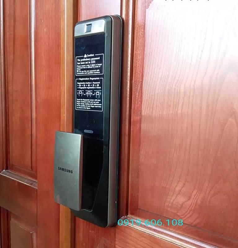 Khóa cửa thông minh Samsung SHP-DP609AS/EN được tích hợp những tính năng, công nghệ hiện đại, khóa cửa an toàn, kiểm soát từ xa thông qua app trên điện thoại nên độ bảo mật rất cao
