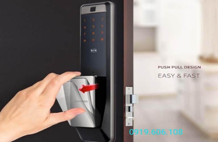 Khóa cửa thông minh Samsung SHP-DP609AS/EN có thiết kế tay cầm dễ sử dụng, thuận tiện hơn khi đóng mở cửa