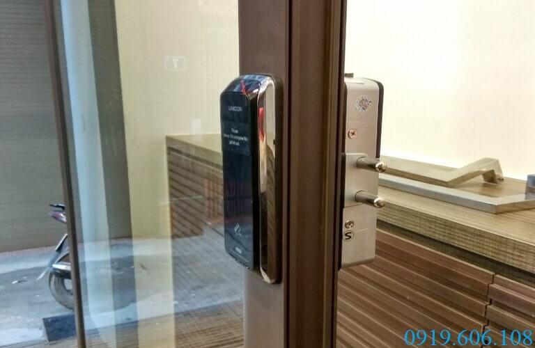 Lắp đặt khóa thẻ từ Unicor UN-325S-SA giúp cánh cửa thêm phần kiên cố, chắc chắn, chống được sự xâm nhập trái phép