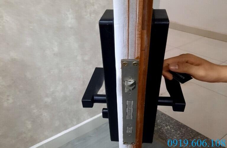 Lắp đặt khóa vân tay Viro Smart Lock 3in1 VR-G11A sẽ làm tăng độ bảo đảm an toàn cho cánh cửa gỗ