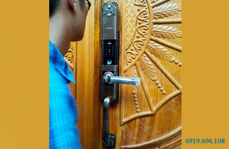Hình lắp đặt thực tế của khóa cửa vân tay Viro Smart Lock 4in1 VR-HB90031