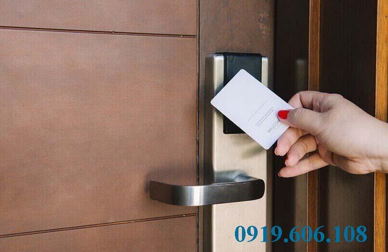 Thẻ từ được sử dụng để mở cửa khóa cửa từ thay thế cho chìa khóa cơ