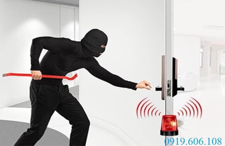 Khóa cửa vân tay Samsung SHP-DH538BC/EN có chức năng cảnh báo khi phát hiện đột nhập