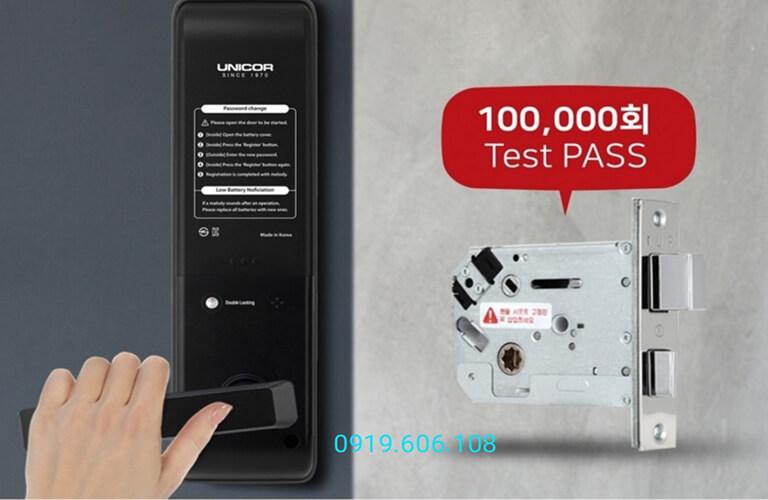 Khóa cửa thông minh Unicor UN-7200WSK có thiết kế sang trọng, có tay nắm tiện dụng, ruột khóa cứng cáp chống phá khóa, đập khóa, đảm bảo an ninh khi lắp đặt sử dụng