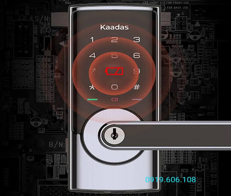 Khóa thông minh Kaadas RX-D có dung lượng pin lớn sử dụng lâu dài, khi gần hết pin trên màn hình sẽ hiển thị thông báo để bạn nắm và thay pin