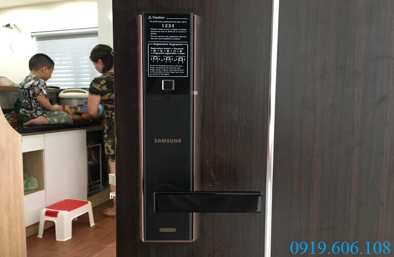 Sử dụng khóa vân tay Samsung SHP-DH538MC/EN giúp đảm bảo an toàn cho không gian sống của bạn, đặc biệt thích hợp với những gia đình có trẻ nhỏ