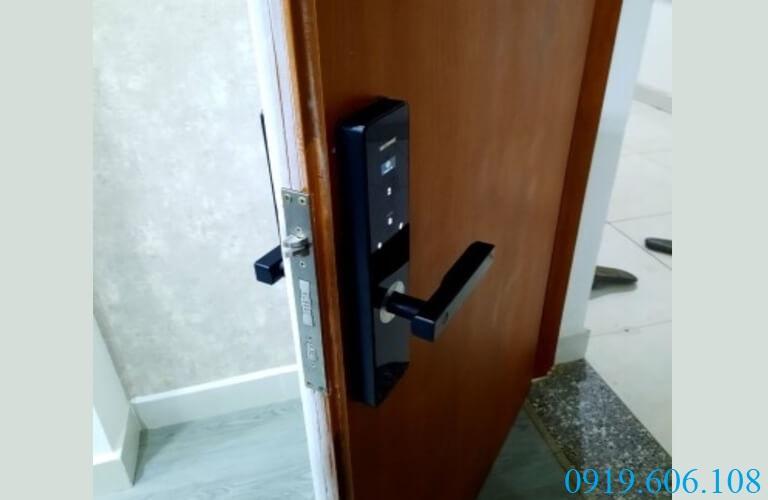 Viro VR-G11B là dòng khóa thông minh có tính năng điều khiển từ xa tiện lợi, giúp người dùng dễ dàng mở khóa cửa