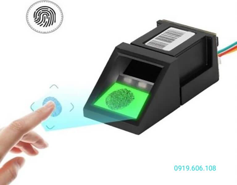 Cảm biến vân tay quang học hiện được ứng dụng trong nhiều dòng khóa cửa điện tử khác nhau, việc lưu trữ vân tay và sử dụng cũng tương đối dễ dàng