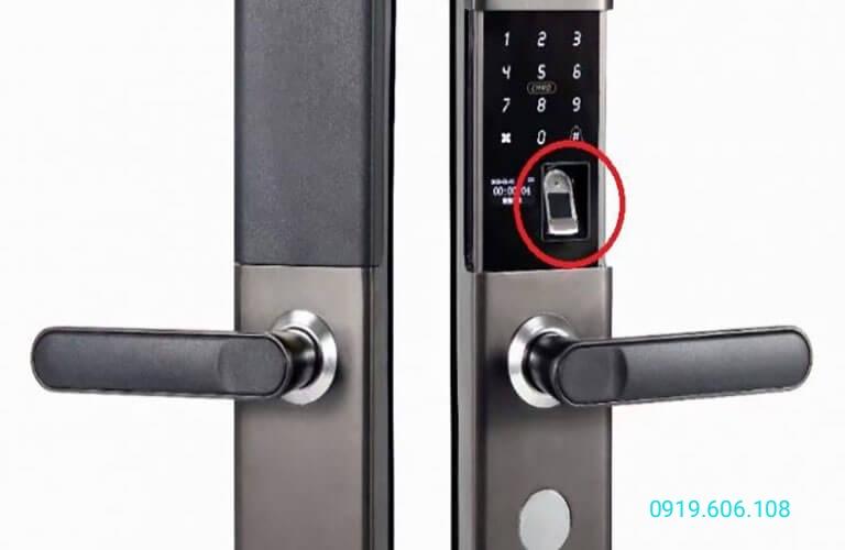 Khóa cửa sử dụng cảm biến vân tay quang học hỗ trợ mở khóa nhanh, giá thành tương đối ổn định, sử dụng thuận tiện