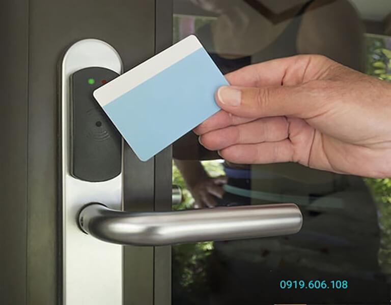 Công nghệ thẻ từ Mifare có độ bảo mật cao, kiểm soát an ninh hiệu quả và tiện lợi, quẹt thẻ không tiếp xúc, mở khóa dễ dàng và nhanh chóng